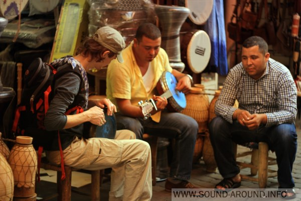 Street musicians play traditional instruments