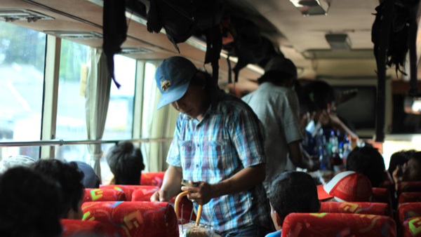 In intercity buses often come musicians and vendors of snacks